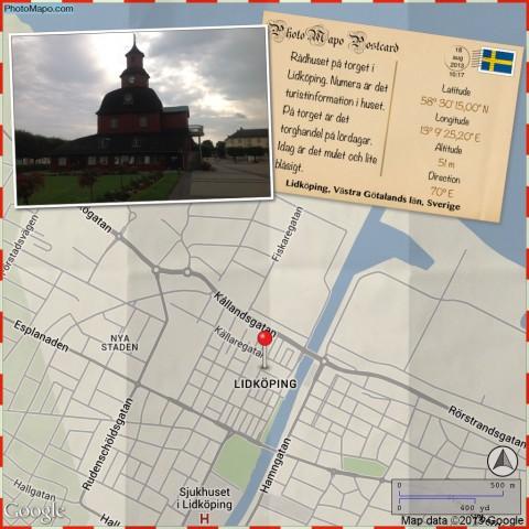 Rådhuset på torget i Lidköping. Numera är det turistinformation i huset. På torget är det torghandel på lördagar. Idag är det mulet och lite blåsigt.